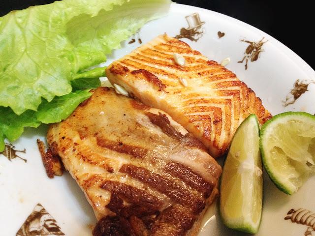 乾煎「生魚片等級鮭魚」佐檸檬